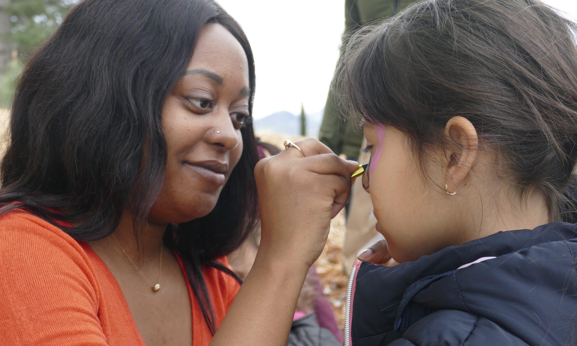 """Atelier maquillage avec le Spf63 au parc Montjuzet pour la journée """"chasse aux œufs"""" Secours Populaire 63 et solidarité internationale. 2019."""